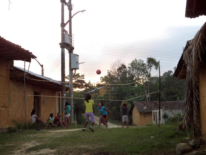 Niños jugando al atardecer. Barrio de Wayku.